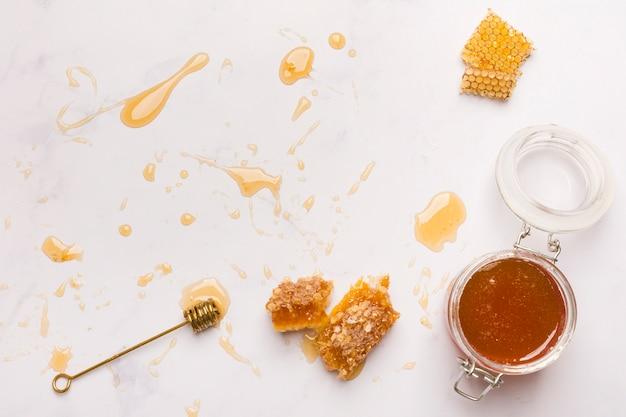 Vista superior miel con trozos de panal Foto gratis