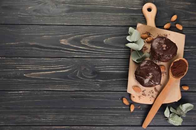 Vista superior muffin de chocolate Foto gratis