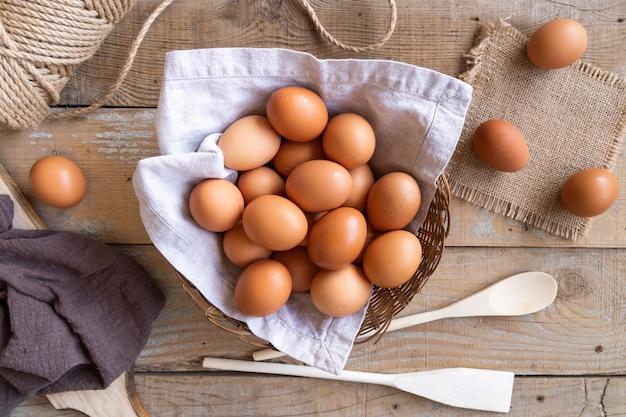 Vista superior múltiples huevos en la canasta Foto gratis