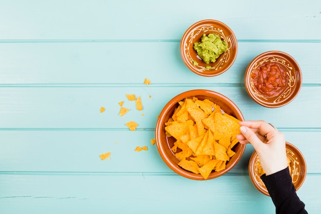 Vista superior de nachos y guacamole Foto gratis