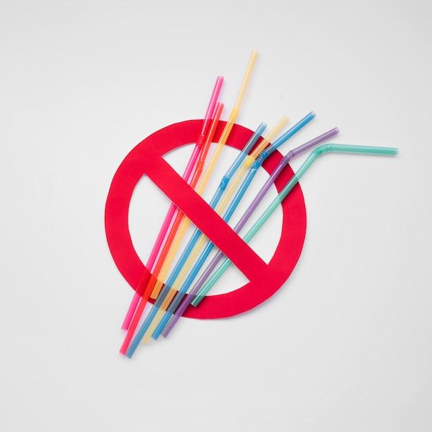 Vista superior pajas de plástico signo de contaminación Foto gratis