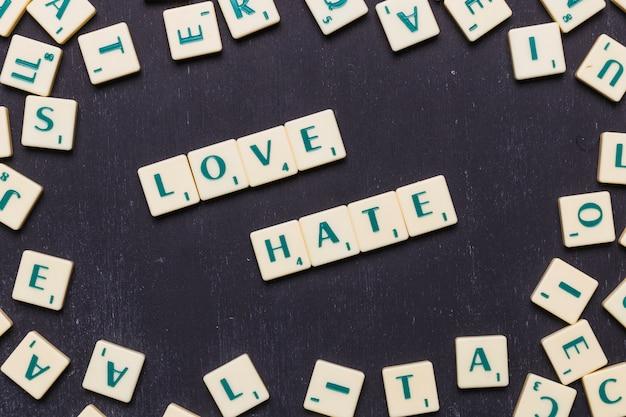 Vista superior de la palabra amor y odio sobre fondo negro Foto gratis