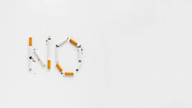 Vista superior palabras hechas de cigarros Foto gratis