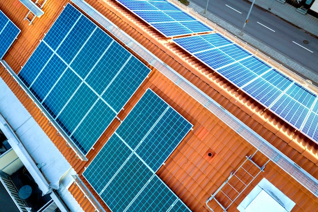 Vista superior de paneles solares azules en el techo del edificio de apartamentos alto. Foto Premium