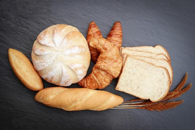 Vista superior de panes en mesa de mármol para comer Foto Premium