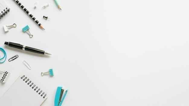 Vista superior de papelería de oficina con bolígrafo y cuaderno Foto gratis