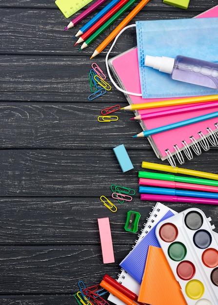 Vista superior de papelería de regreso a la escuela con lápices Foto gratis