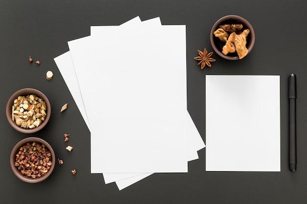 Vista superior de papeles de menú en blanco con anís estrellado Foto gratis