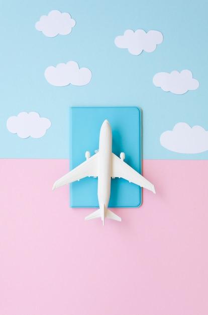 Vista superior del pasaporte con avión Foto gratis