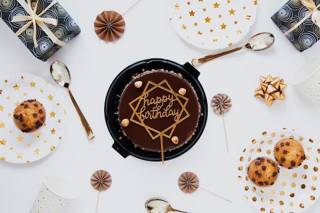 Vista superior pastel de cumpleaños de chocolate Foto gratis