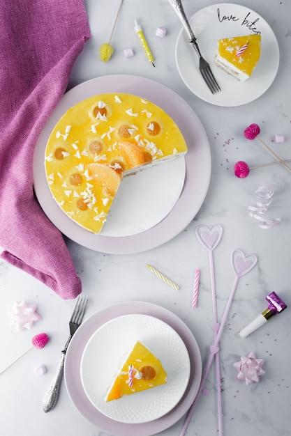 Vista superior de pastel con rebanadas y decoraciones de cumpleaños Foto gratis