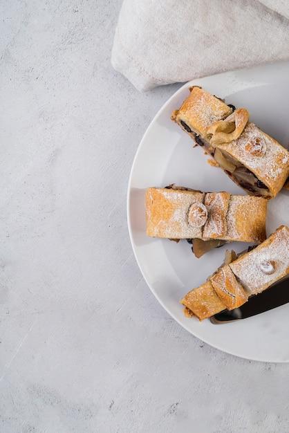 Vista superior pasteles caseros en un plato Foto gratis