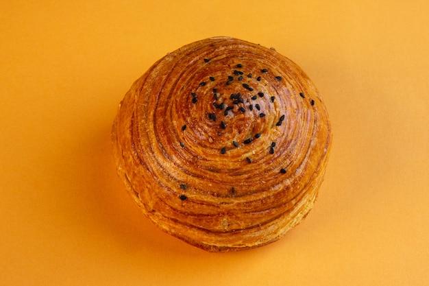 Vista superior de pasteles nacionales azerí shor gogal aislado en amarillo Foto gratis