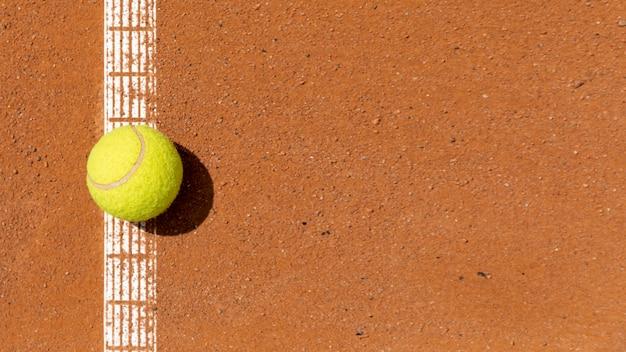 Vista superior pelota de tenis en la cancha Foto Premium