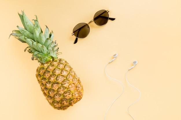 Vista superior piña con gafas de solleafleaf, Foto gratis
