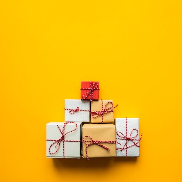 Vista superior de la pirámide de regalos envueltos. Foto gratis