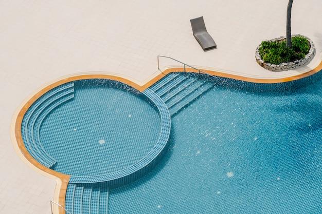 Vista superior de la piscina Foto gratis
