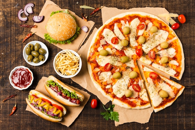 Vista superior de pizza en mesa de madera Foto gratis