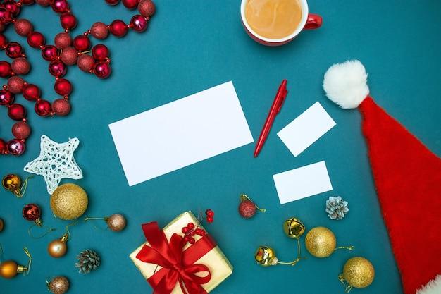 La vista superior de la plantilla de maqueta de tarjeta de felicitación con adornos navideños Foto gratis