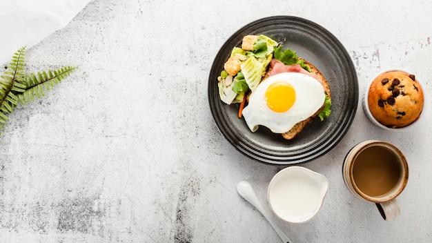 Vista superior plato de desayuno con leche y café Foto gratis