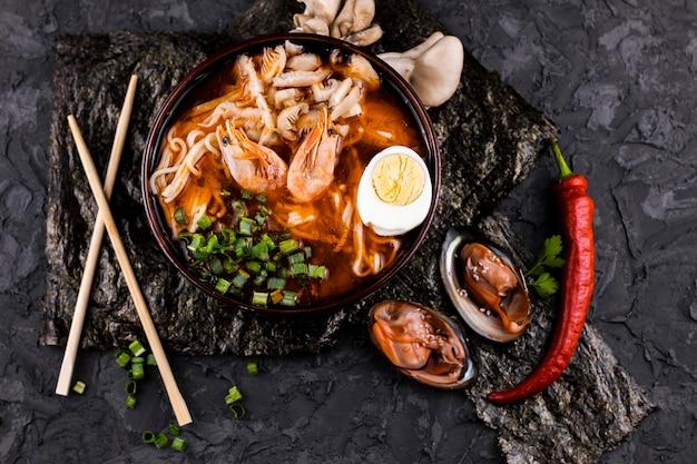 Vista superior plato de ramen con camarones y ostras Foto gratis