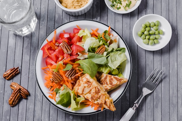 Vista superior del plato saludable con fondo de madera Foto gratis