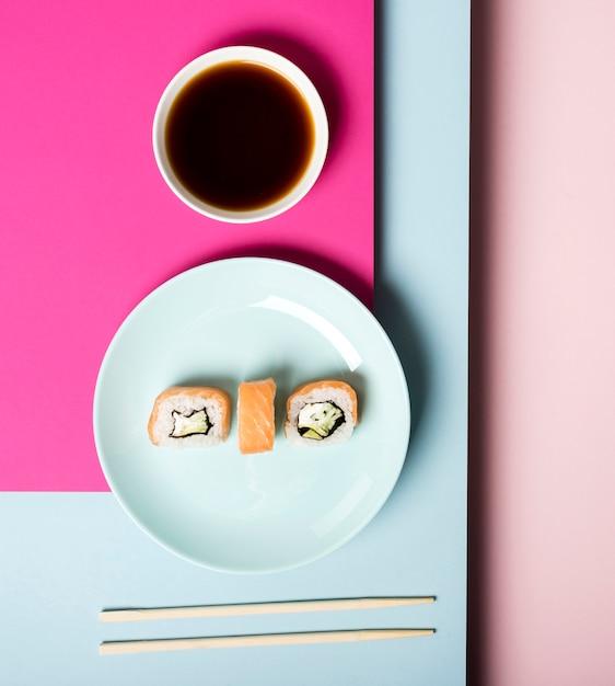 Vista superior plato de sushi y salsa de soja Foto gratis