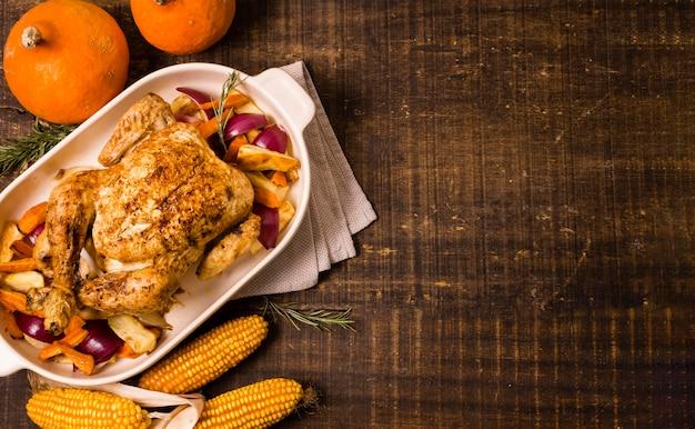 Vista superior de pollo asado de acción de gracias con maíz Foto gratis
