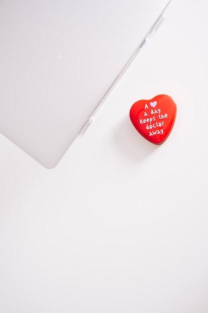 Vista superior de portátil y corazón Foto gratis