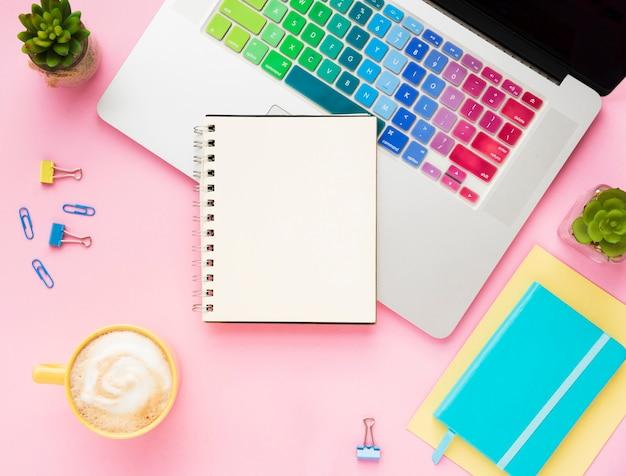 Vista superior del portátil con cuaderno en blanco Foto gratis