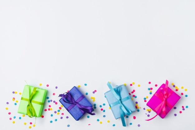 Vista superior preciosos regalos de cumpleaños con espacio de copia Foto gratis