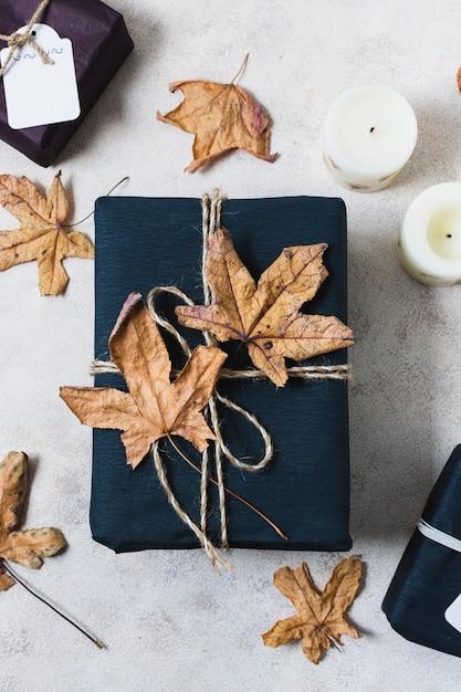 Vista superior del presente con hojas muertas Foto gratis