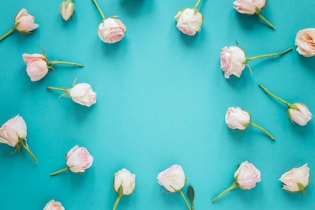 Vista superior de primavera rosas blancas con espacio de copia Foto gratis