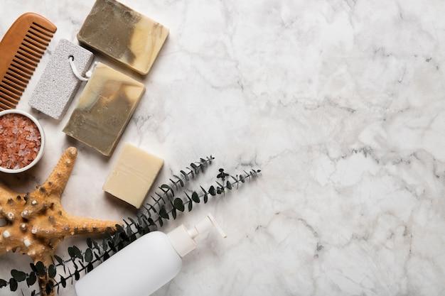 Vista superior de productos cosméticos y herramientas Foto gratis