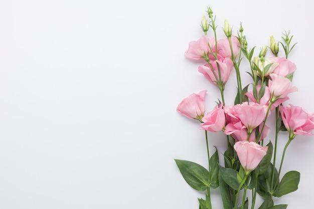 Vista superior ramo de rosas rosadas con espacio de copia Foto gratis
