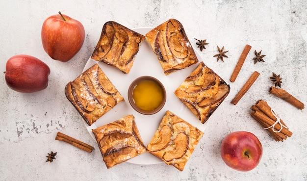 Vista superior rebanadas frescas de pastel y manzanas Foto gratis