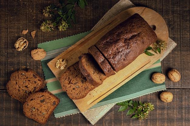 Vista superior rebanadas de pastel entero al horno Foto gratis