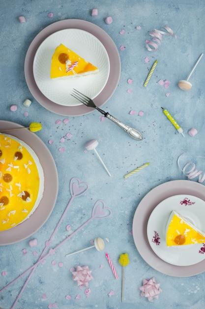 Vista superior de rebanadas de pastel con tenedor y decoraciones de cumpleaños Foto gratis