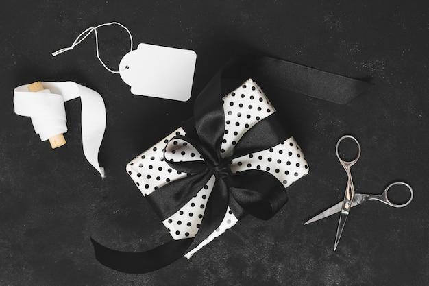 Vista superior del regalo con cinta y etiqueta Foto gratis
