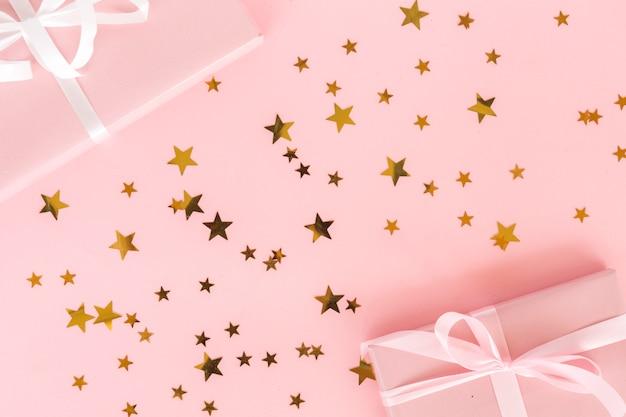 Vista superior regalos con confeti de estrellas Foto Premium