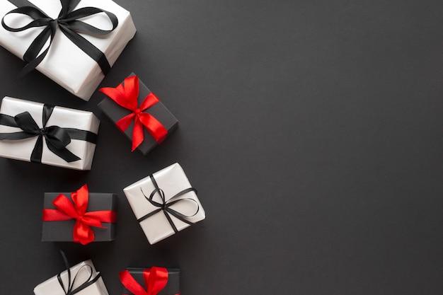 Vista superior de regalos con copia espacio y cinta Foto gratis
