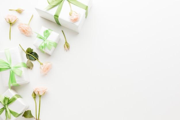 Vista superior de regalos con copia espacio y flores. Foto Premium