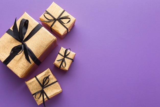 Vista superior de regalos elegantes con espacio de copia Foto gratis