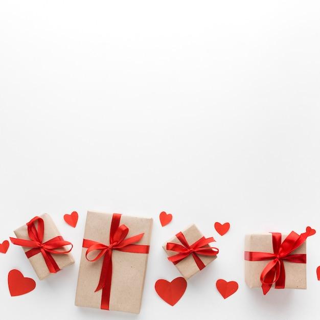 Vista superior de regalos con espacio de copia y corazones Foto gratis