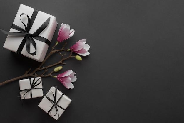 Vista superior de regalos con orquídea Foto gratis
