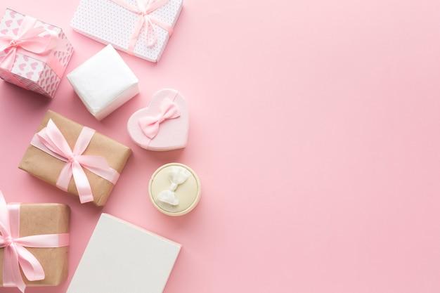 Vista superior de regalos rosas con espacio de copia Foto gratis