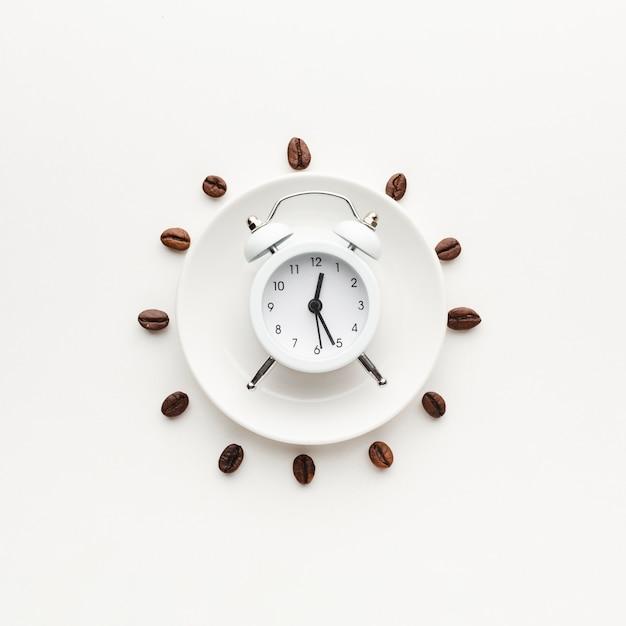Vista superior del reloj en la parte superior de la placa Foto gratis