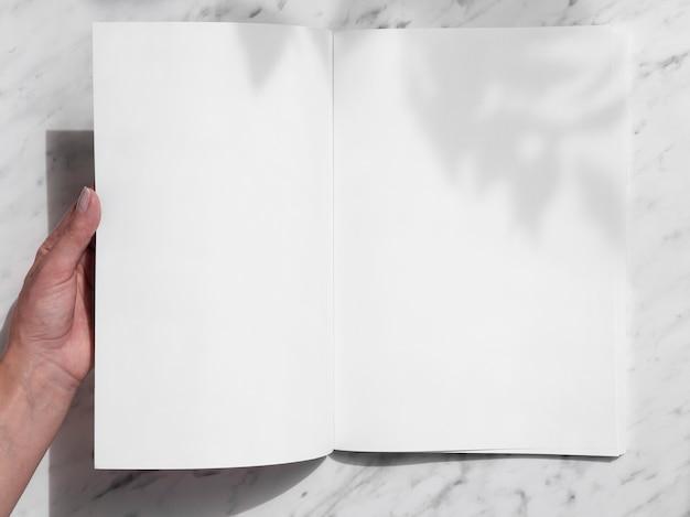 Vista superior revista maqueta con fondo blanco. Foto gratis