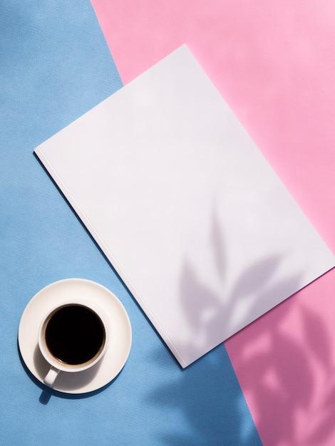 Vista superior de la revista de maquetas con colores de fondo Foto gratis