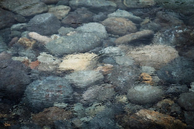 Vista superior rocas en el agua Foto gratis